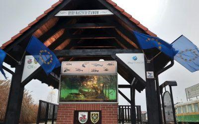 Milicz wiesza flagi UE