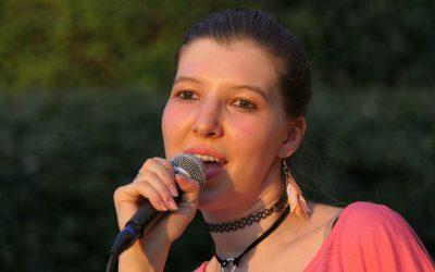 Kobieta śpiewa