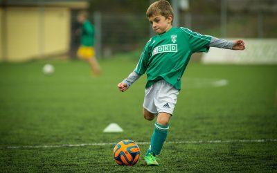Dziecko gra w piłkę
