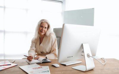 Kobieta za biurkiem